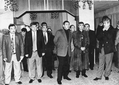 На фото справа налево: Салим Абдувалиев, «вор в законе» Юлдаш Ашуров («Жук»), криминальный авторитет Гафур Рахимов, далее – их ближайшее окружение.