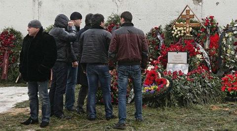 """Вставая возле креста с табличкой, молодые """"стремящиеся"""" фотографировали друг друга на мобильники и тут же отправляли MMS """"браткам"""", комментируя фото уже по телефону: """"Колян, зырь быстрее, я на могиле Дедушки в Москве!"""""""