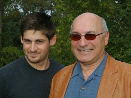 """Джо Пистоне со своим племянником (которого зовут точно также). Они сняты после премьеры небольшой пьесы для одного актёра, в которой разыгрывается эпизод из книги """"Донни Браско"""". Племянник играет своего дядю."""
