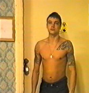 Александр Агеев на следственном эксперименте. На плече татуировка в форме головы волка