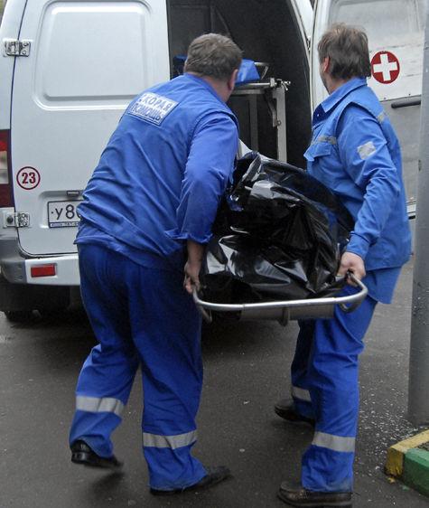 Тело Дмитрия Забеднова грузят в машину