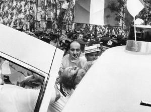 Тело Джозефа Коломбо грузят в полицейскую машину.