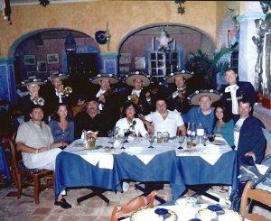 1998 год. Встреча в Мексике. В центре Вадим Петров, слева от него глава наркокартеля Лео Френсис Морган с женой, крайний справа — Олег Титов