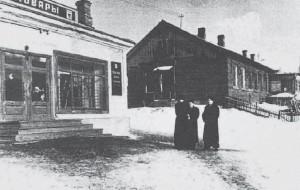 На следственном эксперименте в Рублево. В центре – обвиняемый В. Лукин