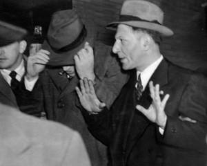 Лепке Бухалтер дает кому-то знак руками, выходя из суда. Мэнди Вейс закрыл лицо.