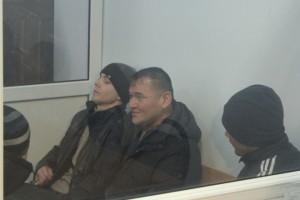 На фото без головного уборка Серик Жалиев (смотрящий за 16-ой зоной). Он единственный из подсудимых, кто частично признал свою вину в том, что постоянно употребляет марихуану и наркотики ему передавали, для личного употребления.