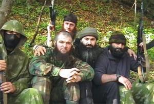 Доку Умаров (второй слева) и Шамиль Басаев с моджахедами.