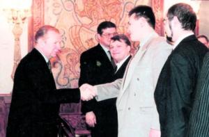 Глава «Топ-сервиса» Игорь Шагин (жмет руку президенту Леониду Кучме) ныне отбывает пожизненный срок