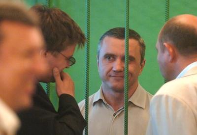 Маковоз, приговоренный к 23 годам лишения свободы, спокойно гуляет по городу — следователь разрешил!