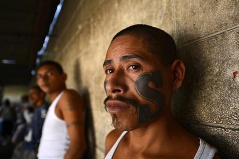 лены банды Мара Сальватруча (MS13) 4 марта 2013, в тюрьме города Сьюдад-Барриос, Сан-Мигель, 160 км к востоку от Сан-Сальвадора