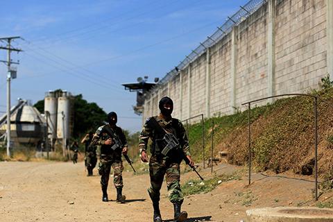 Патрулирование территории тюрьмы за воротами