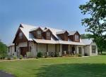 Директор школы на взятках построила огромный дом