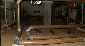 Очнулась потерпевшая уже в подвале, привязанная к трубам жилого дома