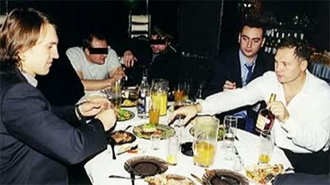 Слева киллер Анатолий Радченко, справа с бутылкой в руке его шеф Трунов