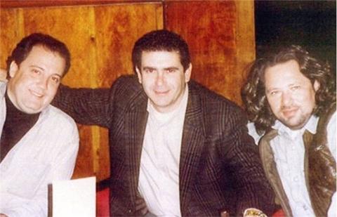 Людвиг Файнберг (справа) с друзьями в своем клубе