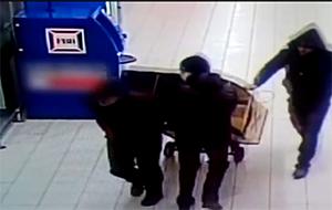Бандиты увозят банкомат