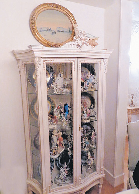 Дорогой фарфор находится во многих комнатах квартиры Васильевой