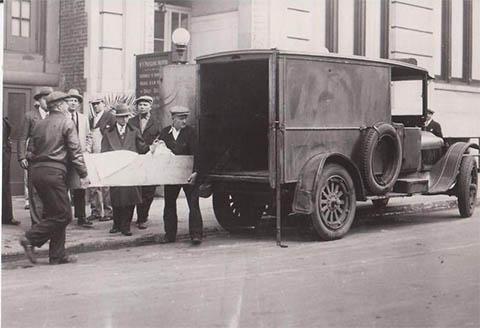 Члены мафии выносят тело Ротштейна после смерти из больницы