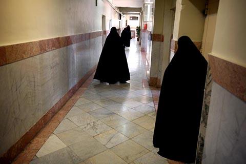 Женщины охранники патрулируют тюремный коридор женской тюрьмы