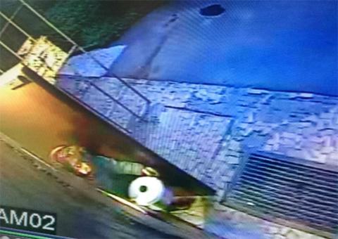 Кадр с камеры наблюдения - В кастрюльке пенсионерка вынесла голову, которую до сих пор так и не нашли