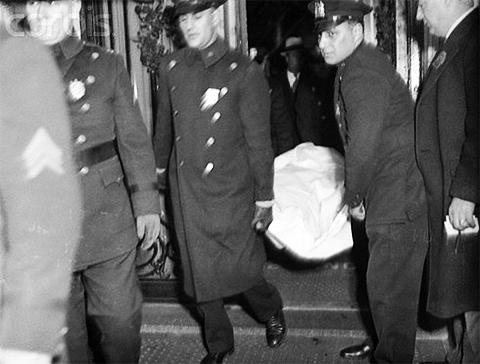Полицейские выносят тело убитого Ларри Фея