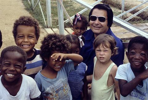 """Джим Джонс с детьми """"Народного Храма"""" фото"""