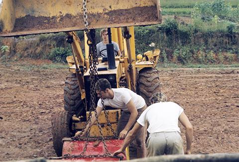 """Участники """"Народного Храма"""" работают на арендованной земле фото"""