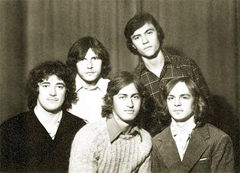 Молодой Владимир Кумарин (второй ряд справа)