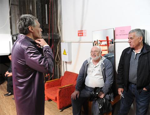 Евгений Вайнштейн с сомнением смотрит на некогда грозного лидера ОПГ