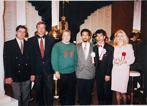Слева направо: Сергей Кузьмин (Кузя), Петров, неопознанная фигура, Иида Масамич (также из якудза), Киничи Камиясу и подруга Киничи