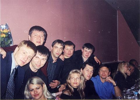 Слева Игорь Мельничук, четвертый слева киллер ОПГ Андрей Дрюнин. В синей рубашке - Осина
