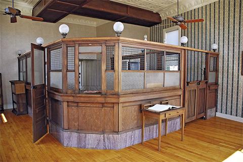 Внутренний вид банка в Коффейвилле. Услышав выстрелы, Грат, Билл и Дик схватили заложников и попытались пробиться из города