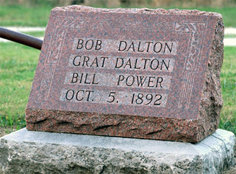 Это надгробие установил Эммет Далтон в честь своих братьев
