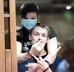 Василиса Ковалева и Виктор Апполонов на суде