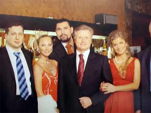 Слева направо: мужчина в галстуке, супруга Владимира Кулибабы, Владимир Кулибаба, Леонид Тягачев, Мария Строганова