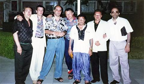 Воры в законе, слева: Юра Китаев, Мирон (третий слева), Бахо (третий справа), Каро (справа)