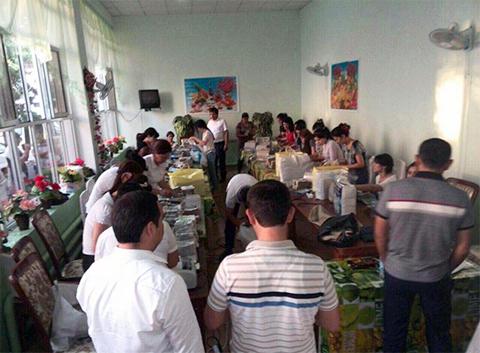 Сотрудники УВД считают деньги, изъятые в офисе Ахмадбай Турсунбаева