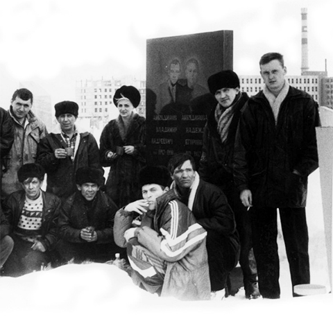 Крайний справа - Николай Балашов. На могиле вора в законе Владимира Анкудинов - Хозяйки, Саратовская область