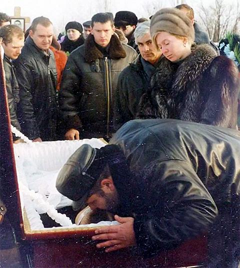Юрий Нефедов целует убитого Ткаченко