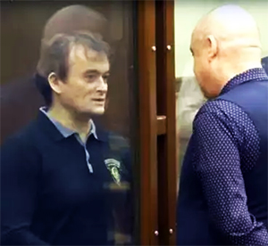 Слева: криминальный авторитет Олег Шаманин в суде