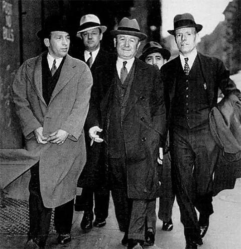 Джон Торрио со своими гангстерами