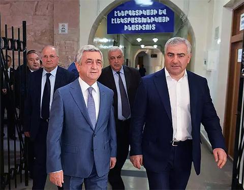 Слева: Президент Армении Серж Саргсян и Самвел Карапетян
