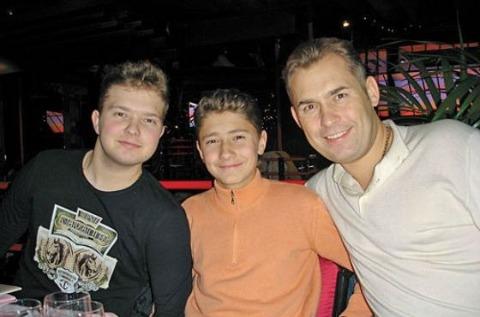 Павел Астахов (справа) с сыновьями Антоном и Артемом