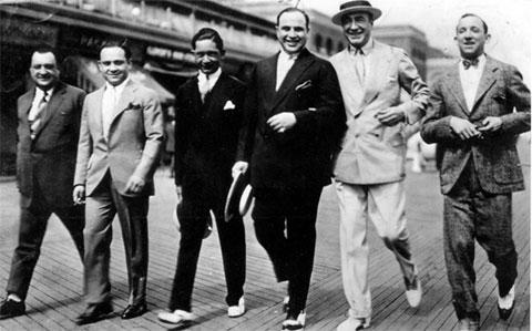 Молодой Аль Капоне, третий справа