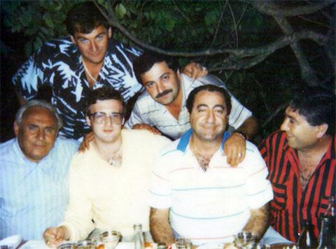 Нижний ряд слева воры в законе: 1) Рантик Сафарян (Сынок), 2) Виктор Никифоров (Калина)
