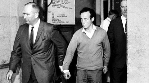 Уильям Макдональд в сопровождение полицейских на суде