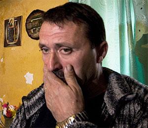 42-летний Агим, живущий в городе Лежа, ранил соседа ножом в живот и отсидел четыре года, но до сих пор семья соседа жаждет его крови
