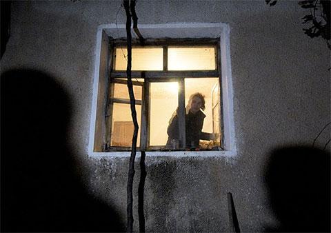 Муж 31-летней Дилы был осужден за убийство соседа. Ее сын уехал за границу на заработки, а 7-летняя Дайана вынуждена жить в одном доме с матерью, постепенно сходящей с ума