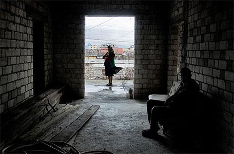 У жительницы города Шкодер Соссе Преки два сына — 18-летний Ной и 16-летний Флориан. Пять лет назад ее муж убил соседа и попал в тюрьму. Сидеть ему осталось еще 15 лет, а пока Ной и Флориан не выходят на улицу, опасаясь кровной мести