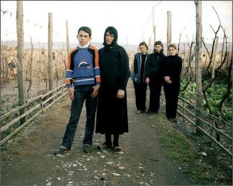 Хисши Ймери скрывается со своим сыном Албаном последние три года от мести Албанцев